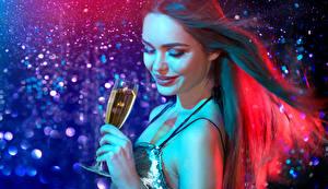 Hintergrundbilder Neujahr Schaumwein Braune Haare Lächeln Weinglas Gesicht Hand junge frau
