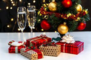 Fotos Neujahr Schaumwein Weihnachtsbaum Kugeln Geschenke Weinglas