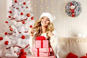 Hintergrundbilder Neujahr Weihnachtsbaum Kugeln Schachtel Geschenke Blondine Lächeln Sweatshirt Mütze junge frau