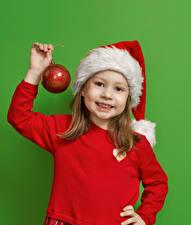 Bilder Neujahr Farbigen hintergrund Kleine Mädchen Mütze Hand Kugeln Starren kind