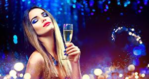 Bilder Neujahr Finger Schaumwein Gesicht Make Up Maniküre Weinglas junge frau