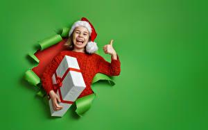 Hintergrundbilder Neujahr Finger Farbigen hintergrund Kleine Mädchen Geschenke Mütze Freude Kinder