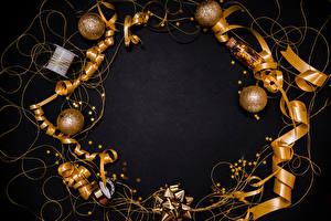 Sfondi desktop Capodanno Sfondo grigio Palla Fettuccia Piccole stelle Dorato Modello biglietto di auguri
