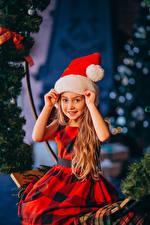 Hintergrundbilder Neujahr Kleine Mädchen Mütze Hand Starren Sitzend Kleid Kinder