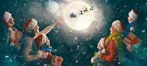 Bilder Neujahr Mutter Mann Himmel Hirsche Kleine Mädchen Mond Mütze Geschenke Familie Schlitten Flug kind