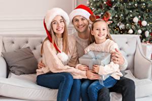 Fotos Neujahr Mutter Mann Drei 3 Kleine Mädchen Sitzen Mütze Geschenke Starren Familie kind Mädchens