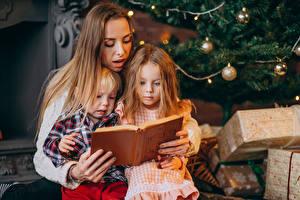 Hintergrundbilder Neujahr Mutter Drei 3 Jungen Kleine Mädchen Bücher Geschenke kind Mädchens