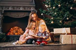 Fotos Neujahr Mutter Drei 3 Jungen Kleine Mädchen Geschenke Bücher Sitzt kind