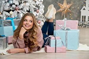 Bilder Neujahr Lächeln Starren Geschenke Hand Liegen Braune Haare Schöne junge frau