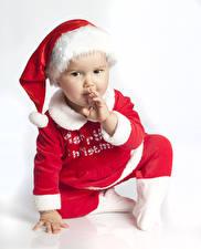 Fotos Neujahr Weißer hintergrund Baby Uniform Mütze Starren Kinder