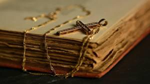 Fotos Hautnah Schmuck Kreuz Bücher
