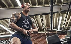 Fotos & Bilder Dwayne Johnson Bodybuilding Mann Kopfhörer Unterhemd Prominente