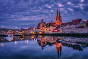 Fotos Abend Haus Fluss Brücken Deutschland Spiegelung Spiegelbild Regensburg Städte