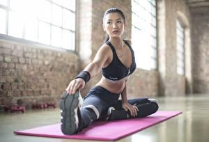Bilder Fitness Asiatisches Dehnübungen Uniform Sitzend Hand Bein Mädchens
