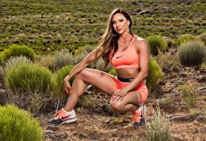Fotos Fitness Bein Sitzt Sportschuhe nike sportliches Mädchens