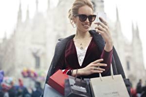Hintergrundbilder Handtasche Unscharfer Hintergrund Dunkelbraun Brille Lächeln Hand Kaufen Tüte junge frau