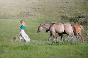 Tapety na pulpit Koń Blondynka Trawa Chodzić zwierzę Dziewczyny