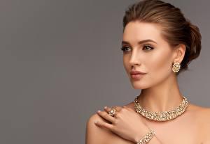 Hintergrundbilder Schmuck Halsketten Ohrring Model Gesicht Schminke Braune Haare Grauer Hintergrund junge frau