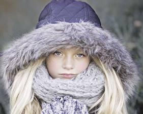 Bilder Kleine Mädchen Starren Kapuze Schal Blondine kind