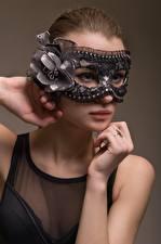 Hintergrundbilder Masken Braune Haare Hand Schmuck Ring Starren junge frau