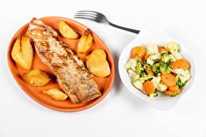 Hintergrundbilder Fleischwaren Kartoffel Salat Gemüse Weißer hintergrund Teller das Essen