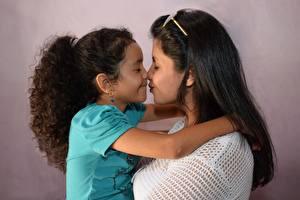 Bilder Mutter 2 Küsst Kleine Mädchen Brünette Brille Kinder Mädchens
