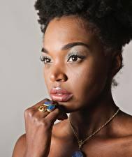 Hintergrundbilder Halsketten Neger Gesicht Starren Hand Ring junge Frauen