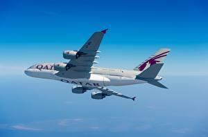 Hintergrundbilder Verkehrsflugzeug Airbus Seitlich Flug Qatar Airways, A380-800