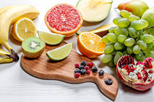 Fotos Granatapfel Chinesische Stachelbeere Trauben Apfelsine Beere Obst Schneidebrett