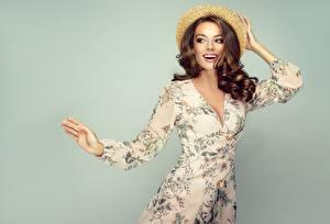 Bilder Posiert Hand Kleid Lächeln Model Braune Haare Der Hut Schöne junge frau