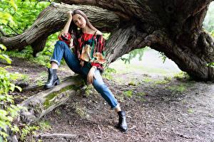 Hintergrundbilder Pose Sitzend Jeans Haar Braune Haare Bein Junge frau Mädchens