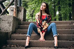 Bilder Stiege Sitzen Jeans Braunhaarige Blick Posiert Bein Schön Bluse Mädchens