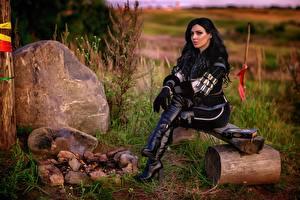 Hintergrundbilder The Witcher 3: Wild Hunt Cosplay Sitzt Stiefel Brünette Yennefer junge frau