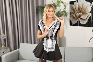 Fotos Amy Green Magd Uniform Blond Mädchen Lächeln Hand Mädchens