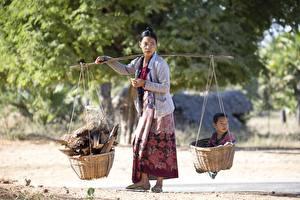 Fotos Asiatische Erwachsene Frau Weidenkorb Säugling Arbeiten