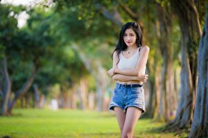 Hintergrundbilder Asiatische Bokeh Posiert Shorts Unterhemd Brünette Mädchens