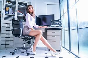 Bilder Asiaten Büro Sekretärinen Sessel Posiert Bein Schöne High Heels Rock Braune Haare Starren Junge frau Mädchens