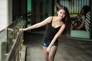 Bilder Asiatische Posiert Hand Shorts Unterhemd Braunhaarige Blick junge frau