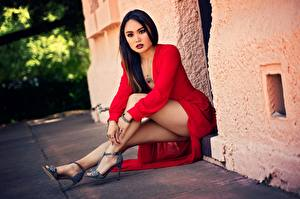 Bilder Asiaten Sitzt Bein Kleid Rot Brünette Posiert Schöne junge frau