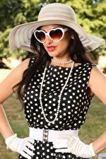 Hintergrundbilder Cassie Clarke Halsketten Brünette Der Hut Brille Hand Handschuh junge frau