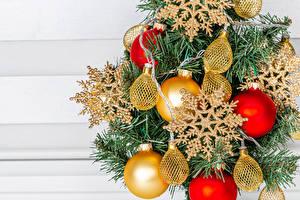 Fotos Neujahr Ast Kugeln Schneeflocken Lichterkette