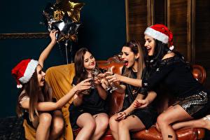 Fotos Neujahr Champagner Sitzt Glücklich Mütze Weinglas Hand Mädchens