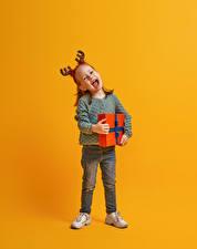 Bilder Neujahr Farbigen hintergrund Kleine Mädchen Geschenke Glücklicher Horn Kinder