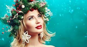 Hintergrundbilder Neujahr Originelle Blond Mädchen Blick Ast Kugeln Rote Lippen Schminke Model Gesicht junge frau