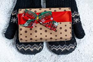 Bilder Neujahr Geschenke Schleife Fausthandschuhe