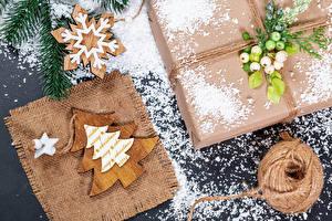 Fotos Neujahr Geschenke Schneeflocken Schnee Weihnachtsbaum Aus Holz