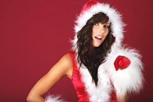 Фотография Рождество Капюшоне Брюнетки Рука Перчатках Смотрит Красном фоне
