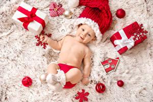 Hintergrundbilder Neujahr Baby Mütze Geschenke Starren Kugeln Schneeflocken kind
