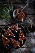 Hintergrundbilder Neujahr Törtchen Schokolade Bretter Teller Ast Tannenbaum
