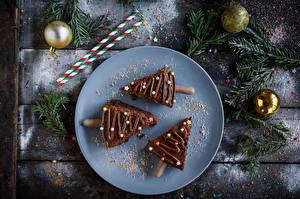 Fotos Neujahr Törtchen Schokolade Bretter Teller Drei 3 Weihnachtsbaum Ast Kugeln Lebensmittel